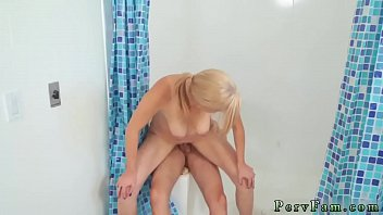 and peeing pooing Cogiendo con amigo