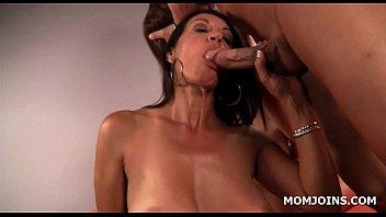 massagemasseuse asian daughter mom and Buena mamada y cojida en la oficina